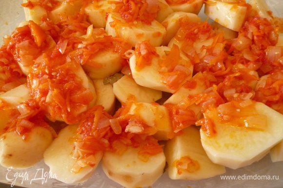 Картофель почистить и нарезать поперек или дольками. Выкладываем слой картофеля в форму для запекания (я запекаю в стеклянной), покрываем половиной овощной заправки.
