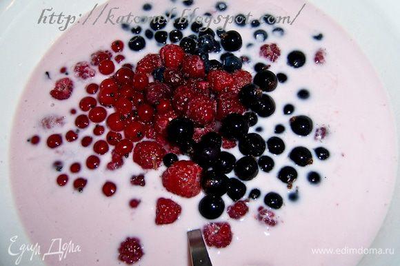 Для крема желатин замочить на 10 минут в теплой воде. Затем поставить на огонь и распустить (не кипятить!). Ввести желатин в йогурт, добавить ягоды, тщательно все перемешать и поставить в холодильник.
