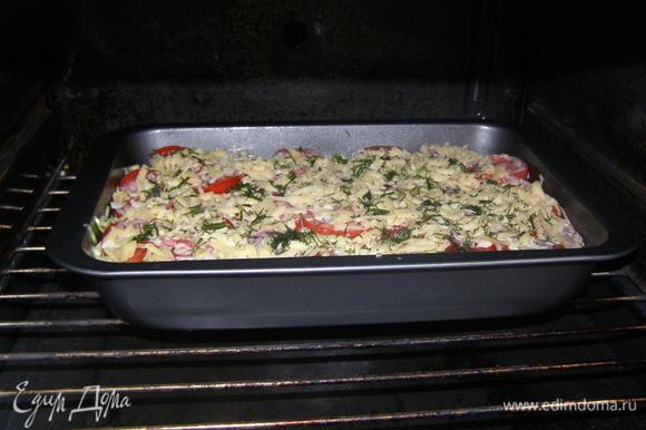 Форму смазать маслом, выложить половину кабачков, сверху фарш, затем опять кабачки. Выложить помидоры. Залить сметено-яичной смесью, посыпать тертым сыром.