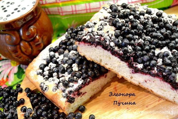 Немного остывший пирог припорошить сах.пудрой и подать с молоком и свежими ягодками черники!!!)