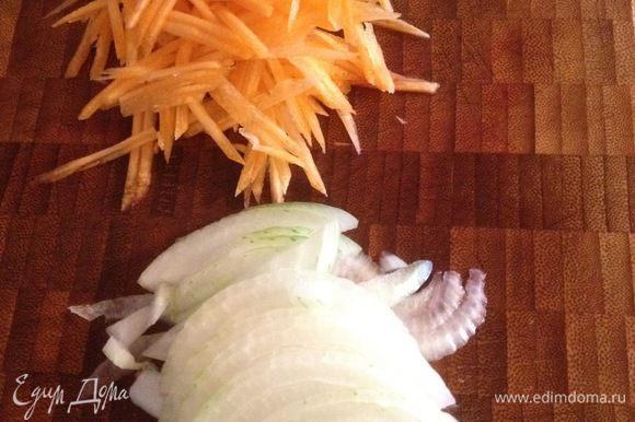 Лук порезать полукольцами, морковь нарезать соломкой, обжарить на оливковом масле