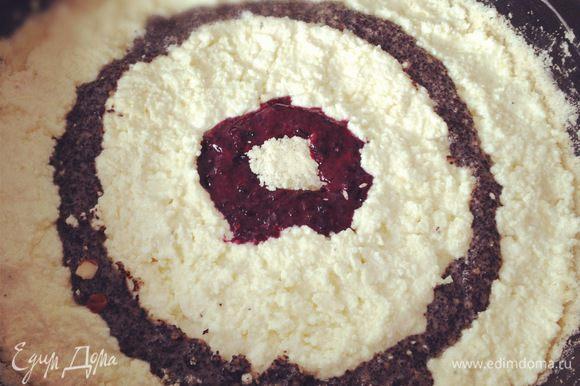 Формируем пирог. В центр кладём немного теста, и вокруг выкладываем первое кольцо-ягодное. Затем творожная начинка. Вокруг творожной начинки прокладываем маковое колечко и снова творог. Аккуратно рассчитывайте расстояние, чтобы вся начинка уместилась.