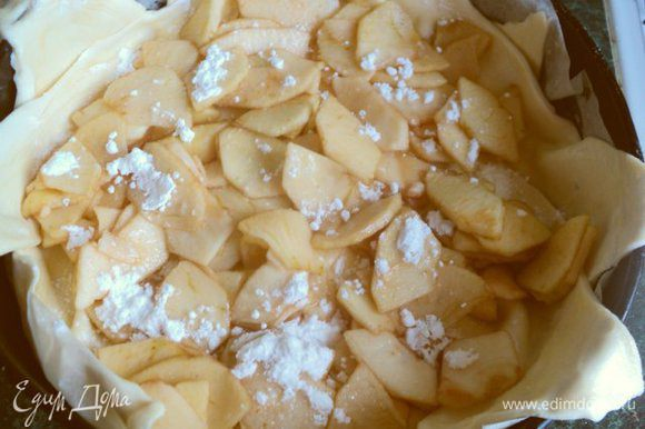 Равномерно выложить ½ часть яблок, посыпать сахарной пудрой.