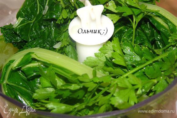 Откладываем листочек мангольда для сервировки. Оставшиеся листья соединяем с луком, петрушкой и сливками.