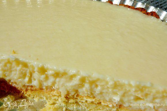 Желатин замочить в холодной воде(3-4ст.ложки).В другой емкости,разогреть сливки,переложить в сливки манный крем,добавив цедру лайма(лимона),довести до кипения.Тем временем растопить желатин на медленном огне.Перелить крем в блендер,постоянно взбивая влить тонкой струйкой горячий,растопленный желатин.Вылить крем на остывший корж,поставить в холодильник на 3-4 часа,или ночь.