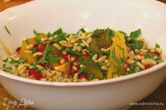 Готовый салат посыпать измельченной петрушкой и кедровыми орехами.