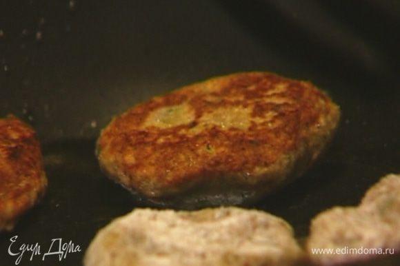 Разогреть в сковороде оставшееся оливковое масло и обжаривать котлетки с каждой стороны по 1 минуте. Затем накрыть крышкой и жарить до готовности.