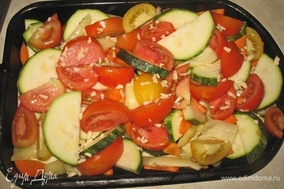Овощи порезать, посолить, поперчить и полить оливковым маслом.