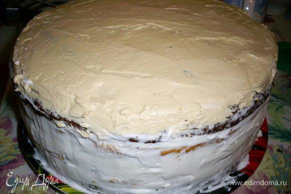 Пожалуйста внимательно отнеситесь к порядку сборки торта: 1.Шоколадный бисквит. 2.Сметанный крем. 3.Корж с безе орехами вверх. 4.Масляный крем. 5.Корж с безе орехами вниз. 6.Сметанный крем. 7.Корж с безе орехами вверх. 8.Масляный крем. 9.Корж с безе орехами вниз. 10.Сметанный крем. 11.Шоколадный бисквит. Бока торта я обмазала оставшимся сметанным кремом, а верх выровняла масляным. Ставим наш торт в холодильник, желательно на пару часов.