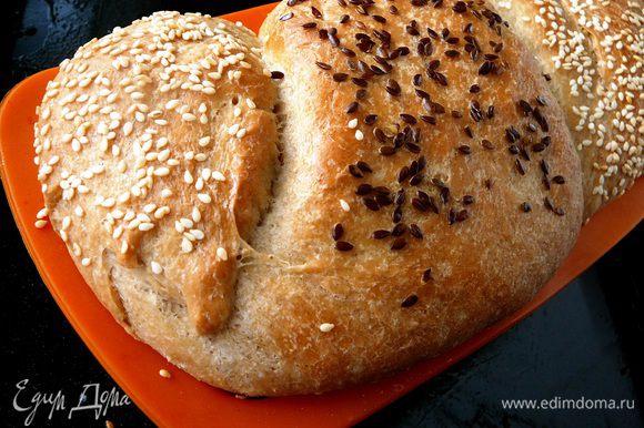 Духовку предварительно разогреть до 250 градусов. Открыть духовку, обрызгать стенки водой и быстро посадить хлеб. Дверцу закрыть и выпекать 25-30 минут до румяной корочки.