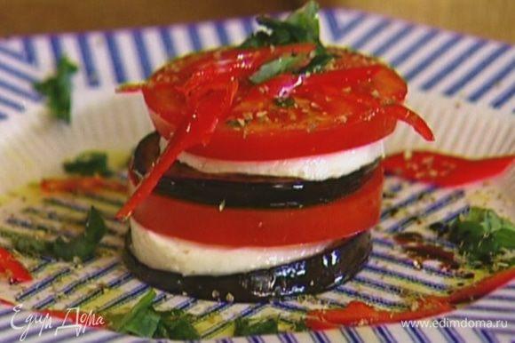 Посыпать измельченным базиликом, перцем чили, сухим орегано, сбрызнуть оставшимся оливковым маслом и бальзамическим уксусом.