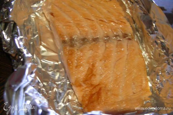 В сковороде разогреваем небольшое количество растительного масла и обжариваем рыбку с каждой стороны минуты по 3, до легкой корочки. Затем выкладываем ее в форму для запекания (на фольгу).