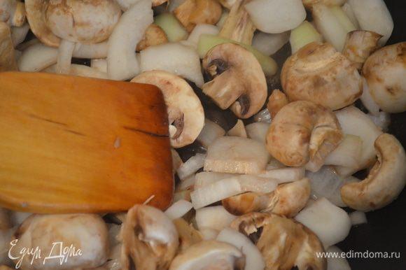 Затем выложить его на тарелку и на этом соке и масле обжарить несколько минут лук с грибами. Добавить паприку и перемешать.