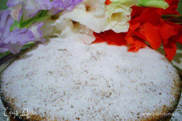 Остывший пирог выкладываем на блюдо фруктами вниз и посыпаем сахарной пудрой. Приятного аппетита!