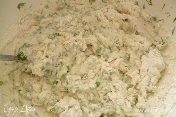 Выливаем кефир в миску,добавляем соду,перемешиваем ложкой и даем постоять 5 минут. Добавляем соль,мелко нарезанную зелень. Затем понемногу вмешиваем муку.