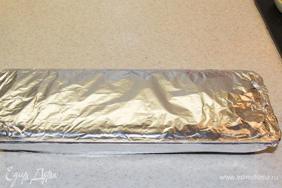 Закрываем форму фольгой и убираем полено в холодильник часа на 3-4, для застывания крема.