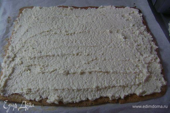 Аккуратно снять бисквит с пергаментной бумаги (если рвется, помочь ножом). Выложить крем по всей поверхности...