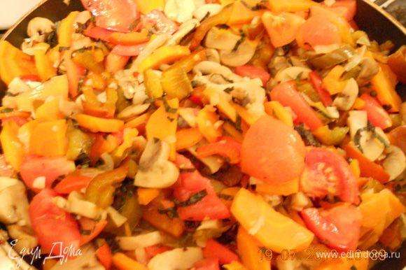 На оливковом масле обжарьте грибы, добавьте лук и чеснок, готовьте до их прозрачности, потом положите морковь и перец. Тушите еще несколько минут. добавьте помидоры и половину базилика. Перемешайте, посолите, поперчите и тушите на среднем огне 5 мин под крышкой.