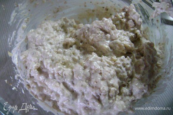 Белок взбить, постепенно добавляя сахар, до устойчивых пиков. Аккуратно добавить грецкие орехи и осторожно перемешать.