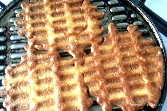 Накрываем и жарим с двух сторон.Вафельки маленькие и жарятся быстро-не отходите с кухни!
