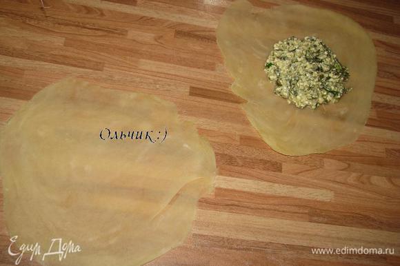 Делим тесто на 2 части, каждую разрезаем на 10-12 частей. Как можно тоньше раскатываем тесто, выкладываем ст. л. начинки.