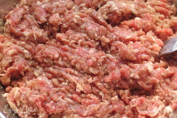 Приготовить фарш: прокрутить через мясорубку говядину, свинину и лук...посолить, поперчить и добавить растительное масло. Можно взять любое мясо или использовать уже готовый фарш