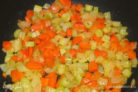 Порезать кубиками морковь, лук, сельдерей и поджарить на сковороде с добавлением топленого масла, сахара и соли