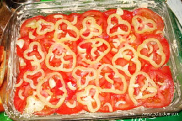 Сверху слой перца. Поставить в духовку на 40 минут до легкой корочки на мясе.