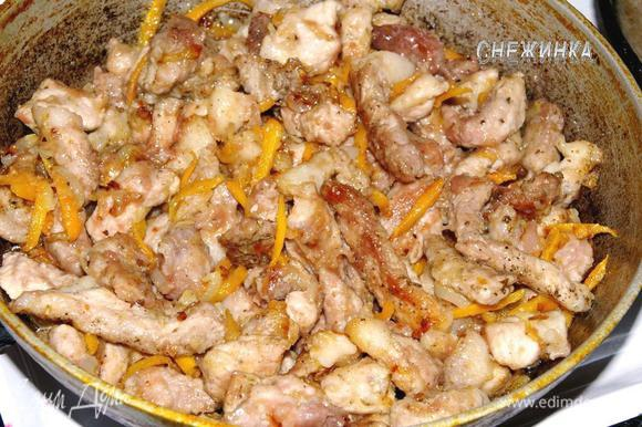 Кладем мясо в сковороду к луку и моркови. Перемешиваем. Добавляем вино, выпариваем несколько минут.