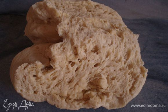 тесто положить в полиэтиленовый мешок и на минут 40 в холодильник. вот так выглядит тесто после отлеживания