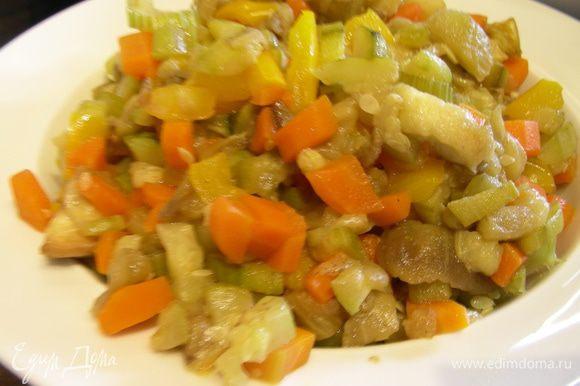 Разогреваем оливковое масло и обжариваем наши овощи до мягкости минут 10-12, солим, перчим по вкусу.