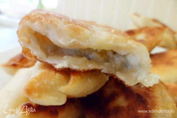 P.S. это тесто прекрасно сочетается с сыром (у меня был с голубой плесенью и Золотистый). Короче - получились бонусные пирожки:)