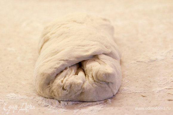 Формируем наш хлеб. Из предложенного кол-ва ингредиентов получается 2 буханки. Делим тесто пополам. Одну половину растягиваем руками в небольшой прямоугольник, складываем стороны друг к дружке и приминаем тесто.