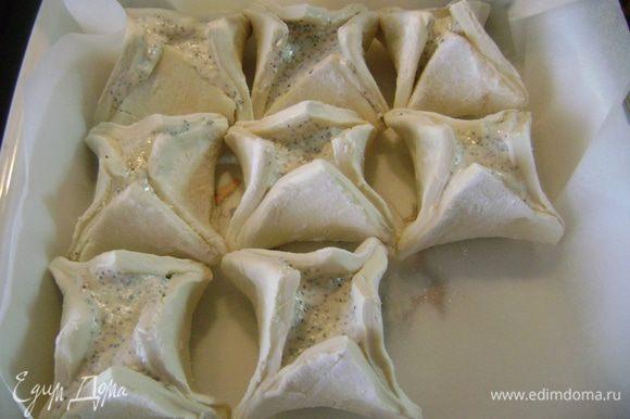 Уложить гнездышки в форму, выложенную пергаментной бумагой, плотно друг к другу, чтобы не развалились при выпечке.