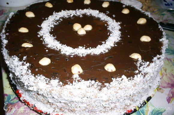 Даем глазури немного! остыть и заливаем поверхность торта, разглаживаем ножом. Бока торта я обмазываю кремом и обсыпаю смесью кокосовой стружки вафельных крошек. Украшаем по желанию. У меня под рукой был только фундук. Торт ставим в холодильник на несколько часов, а лучше на ночь. Приятного аппетита!