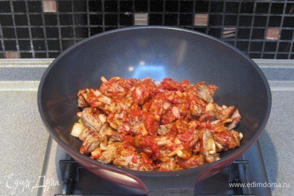 Мясо нарезать соломкой, обжарить до полного выпаривания сока,до золотистой корочки, посолить, поперчить. Добавить мелко нарезанный лук,обжарить еще 3−5 минут,добавить томатную пасту. Затем добавить воду,так,чтобы мясо было полностью покрыто водой. Тушить на умеренном огне 30 минут,затем добавить картофель ,лавровый лист и тушить еще 10 минут.