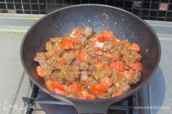Затем добавить нарезанные крупным кубиком помидоры, протушить еще (5−7 мин.). Добавить базилик, соль, перец. Снять с огня. Подать на стол.