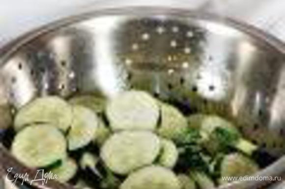 Огурцы вымыть и нарезать тонкими кружками. Перемешать с солью и положить в дуршлаг, стоящий на кастрюле. Оставить на 20 мин. Если у огурцов очень плотная кожица, овощи стоит очистить.