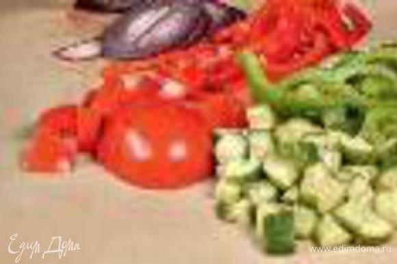 Огурец и помидоры вымыть, из перца удалить сердцевину. Лук очистить. Огурец нарезать кубиками, помидоры – ломтиками, перец – тонкими полукольцами, лук – кольцами.