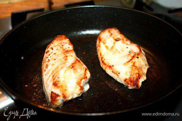 Куриное филе замариновать в смеси лимонного сока и растительного масла.Посолить,поперчить и отставить на 15-20 минут.Затем обжарить филе на растительном масле до готовности.