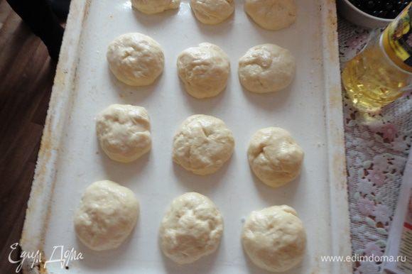На противень смазанный маслом, выложить тесто в виде шариков.