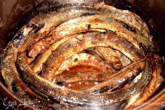 Сначала в кастрюлю сливаем масло,которое осталось от жарки рыбы...
