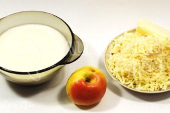 В муку вбейте яйца, добавьте молоко, соль и размягченное масло. На крупной тёрке натрите сыр и яблоко, добавьте в тесто и оставьте пропитаться на 15-20 минут. Выпекать блины чуть дольше, чем обычные. Для выпекания лучше использовать сковородку с антипригарным покрытием.
