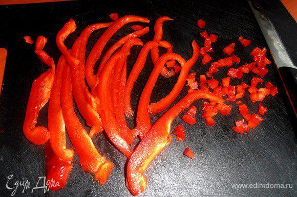 """Для """"панировки"""" нарезаем очень тонко сладкий перец..."""