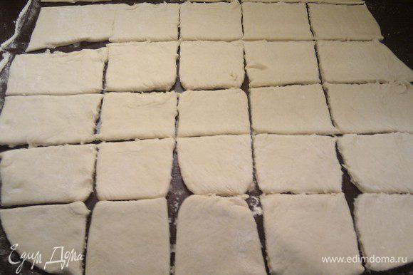 Раскатать тесто в пласт и нарезать на квадратики.