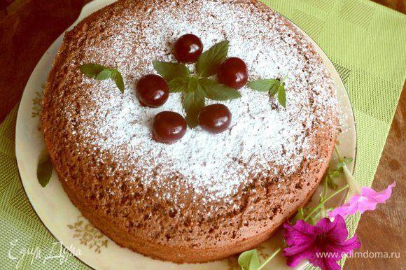Пирог охладить, сверху посыпать сахарной пудрой и украсить вишней.