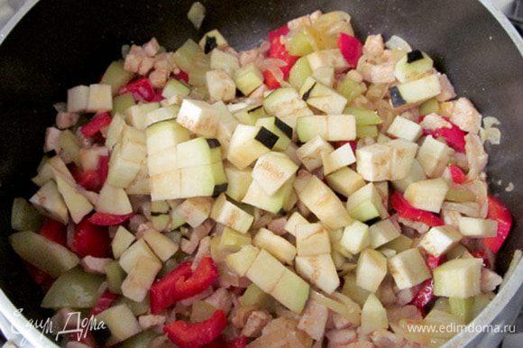 Через 3 минуты добавить мелко нарезанные баклажаны. Жарить еще 4 минуты.