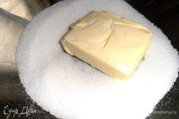 Масло достаём заранее,чтобы было комнатной температуры...Растираем с сахаром и ванилью.