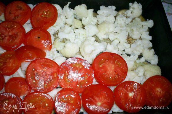 Затем вторым слоем выкладываем отвареную цветную капусту. Сверху на нее - нарезаные на кружочки помидоры.