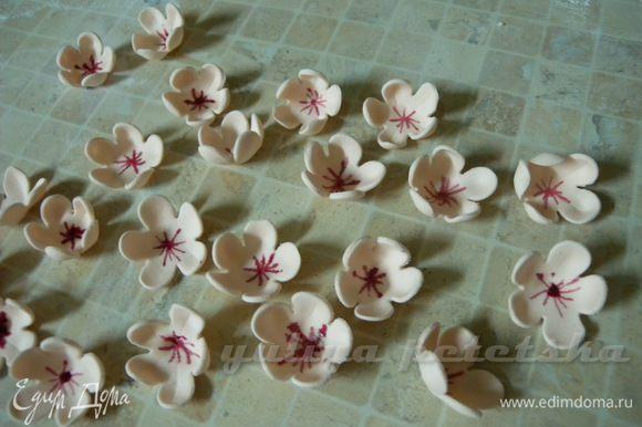 В серединке цветочка, кисточкой, вишневой краской рисуем тычинки